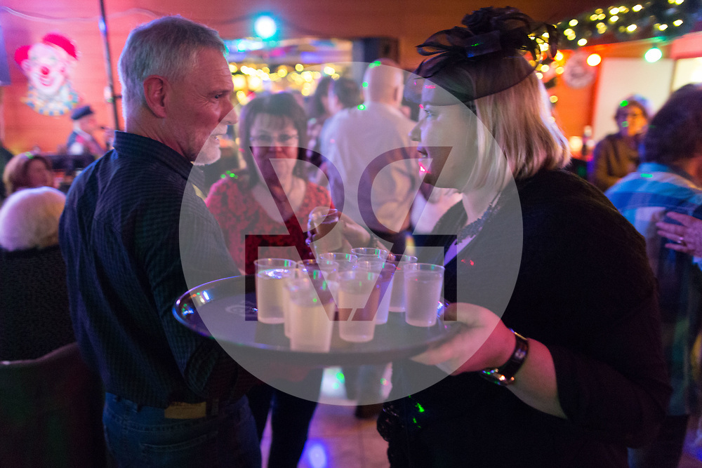 SCHWEIZ - MEISTERSCHWANDEN - Meitlitage 2018, hier wird im Restaurant Löwen, zum Zeichen der Machtübernahme den Männern ein Glas Wein ausgegeben - 11. Januar 2018 © Raphael Hünerfauth - http://huenerfauth.ch