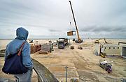 Belgie, Oostende, 6-9-2019 Aan het strand langs de Noordzee van deze mondaine badplaats in vlaanderen. Een man kjkt naar de afbraak van een strandtent . Horeca .Foto: Flip Franssen