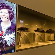 NLD/Apeldoorn//20170322 - Beatrix opent hoedententoonstelling Chapeaux in Paleis 't Loo, Vitrine kast met hoeden