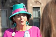 Vertrek van Politici voorafgaand het voorlezen van de troonrede in de Grote Kerk aan leden van de Eerste en Tweede Kamer vanaf het Binnenhof.<br /> <br /> Op de foto:   Helma Lodders