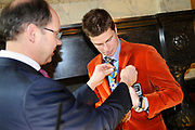 Bijeenkomst van de medaillewinnaars in de Lairessezaal (Ridderzaal).<br /> <br /> Op de foto:  Medaillewinnaar Sven Kramer wordt woensdag in de Ridderzaal door demissionair minister Ab Klink (Volksgezondheid, Welzijn en Sport) benoemd tot ridder in de Orde van de Nederlandse Leeuw. Orde van de Nederlandse Leeuw