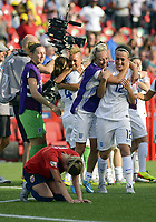 BILDET INNGÅR IKKE I FASTAVTALER<br /> <br /> Fotball<br /> VM kvinner 2015<br /> 22.06.2015<br /> Norge v England 1:2<br /> Foto: imago/Digitalsport<br /> NORWAY ONLY<br /> <br /> England players celebrate after the final whistle of the FIFA 2015 Women s World Cup Round of 16 match between Norway and England at Lansdowne Stadium in Ottawa, Canada. England came from behind to book their place in the quarter-finals with a 2-1 win and will now face the hosts Canada whilst Norway are eliminated.