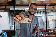 """Francesco è un torinese con il sogno tropicale in testa. Arrivato in Messico con qualche risparmio che però gli è stato rubato all'arrivo. Non si è pero perso d'animo, ha penssato: cosa farebbe un messicano nelle mie condizioni? Così con l'aiuto di qualche amico ha iniziato a cucinare tacos e venderli in spiaggia. Oggi gestisce una taqueria tutta sua in una delle spiagge più """"in"""" di Tulum. Oltretutto eè l'unico in tutto il Messico a fare tacos """"rap"""", dedicando un freestyle a ogni cliente."""
