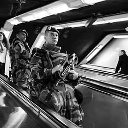 vendredi 14 octobre 2016, 11h39, Paris VII. Légionnaires du 1er Régiment Etranger du Génie dans les couloirs du RER parisien..