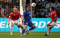 Fotball , 6. september 2006 , EM-kvalifisering , Norge - Moldova 02,<br /> Euro - q.<br /> Norway - Moldova<br /> Serghei Rogaciov  , Moldova mellom Erik Hagen og Martin Andresen , Norge