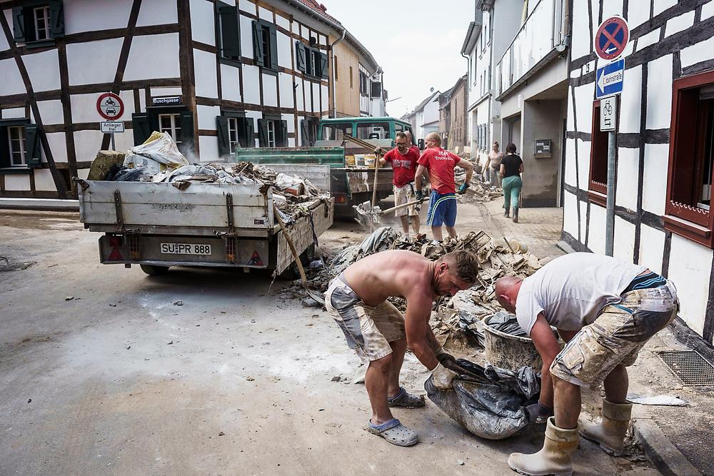 Swisttal, DEU, 21.07.2021<br /> <br /> Schäden durch langanhaltende Regenfälle und Überschwemmung in Swisttal-Heimerzheim<br /> <br /> Clean-up work in the village of Heimerzheim (municipality of Swisttal), the village center was severely damaged by flooding of the Swistbach after prolonged rainfall.<br /> <br /> Foto: Bernd Lauter/berndlauter.com