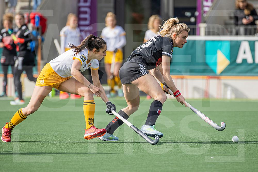 AMSTELVEEN -  Freeke Moes (Adam)  met Pleun van der Plas (DenBosch) tijdens  de hoofdklasse hockey competitiewedstrijd dames, Amsterdam-Den Bosch (0-1)  COPYRIGHT WORLDSPORTPICS KOEN SUYK