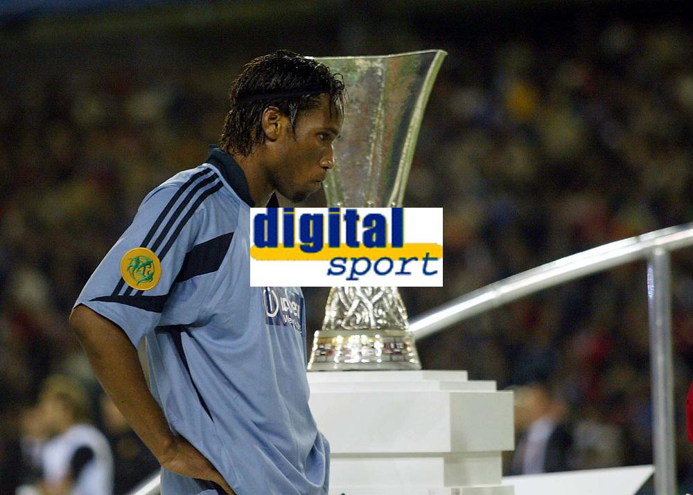 Fotball<br /> UEFA Cup Final<br /> 19.05.2004<br /> Foto: Scott Heavey, Digitalsport<br /> NORWAY ONLY<br /> <br /> Valencia v Olimpique Marseille<br /> <br /> A dejected Didier Drogba walks past the UEFA cup to recieve his losers medal
