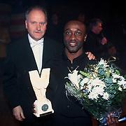 Prijsuitreiking Populariteitsprijs 1998, Cherwin met zijn prijs samen met Henk Geels