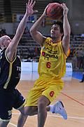DESCRIZIONE : Verona Lega Basket A2 2011-12 Coppa Italia Tezenis Verona Prima Veroli<br /> GIOCATORE : caludio tommasini<br /> CATEGORIA : tiro<br /> SQUADRA : Tezenis Verona Prima Veroli<br /> EVENTO : Campionato Lega A2 2011-2012<br /> GARA : Tezenis Verona Prima Veroli<br /> DATA : 31/10/2011<br /> SPORT : Pallacanestro <br /> AUTORE : Agenzia Ciamillo-Castoria/M.Gregolin<br /> Galleria : Lega Basket A2 2011-2012 <br /> Fotonotizia : Verona Lega Basket A2 2011-12 Coppa Italia Tezenis Verona Prima Veroli<br /> Predefinita :