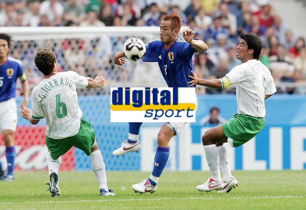 Fotball, 16. juni 2005, <br /> Conferderations Cup Japan - Mexico <br /> Hidetoshi Nakata (Japan, ) mot Pavel Pardo (re.) og Gerardo Torrado (begge Mexico)<br />  Norway only
