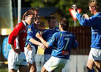 Jubel: Christian Steen, Aalesund, har scoret og gratuleres av de andre spillerne, Amund Skiri, Morten Moldskred, Trond Fredriksen og Tor Hogne Aarøy. Foran fortviler Jaakko Nyberg, Kongsvinger.<br /> <br /> Fotball: Kongsvinger - Aalesund 2-2 (5-2 e. straffer). NM 2004 herrer, 3. runde. 8. juni 2004. (Foto: Peter Tubaas/Digitalsport.