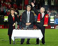 Fotball ,  28. oktober 2007 , Tippeligaen , Brann - Viking 5-2<br /> Brann jubler for seriemesterskapet i 2007 , seriegull , seriemester , Her Sondre Kåfjord og leder i klubben Magne Revheim<br />  ,