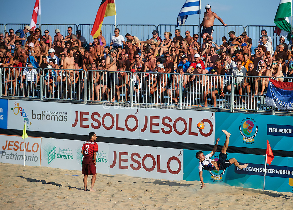 Portugal take on Moldova at the FIFA Beach Soccer World Cup qualifier in Jesolo. (Photo by Manuel Queimadelos)