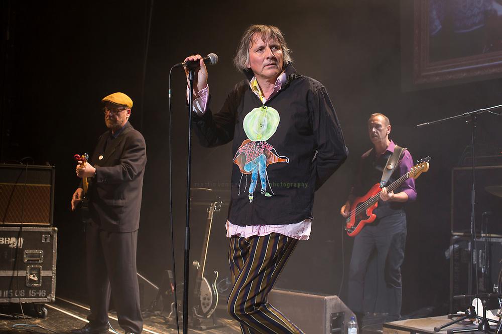 Peter Hein, Saenger der Gruppe Fehlfarben, bei einem Konzert in der Berliner Volksbuehne am 23. Juni 2017. Im Hintergrund Thomas Schwebel (links, Gitarre) und Michael Kemner.