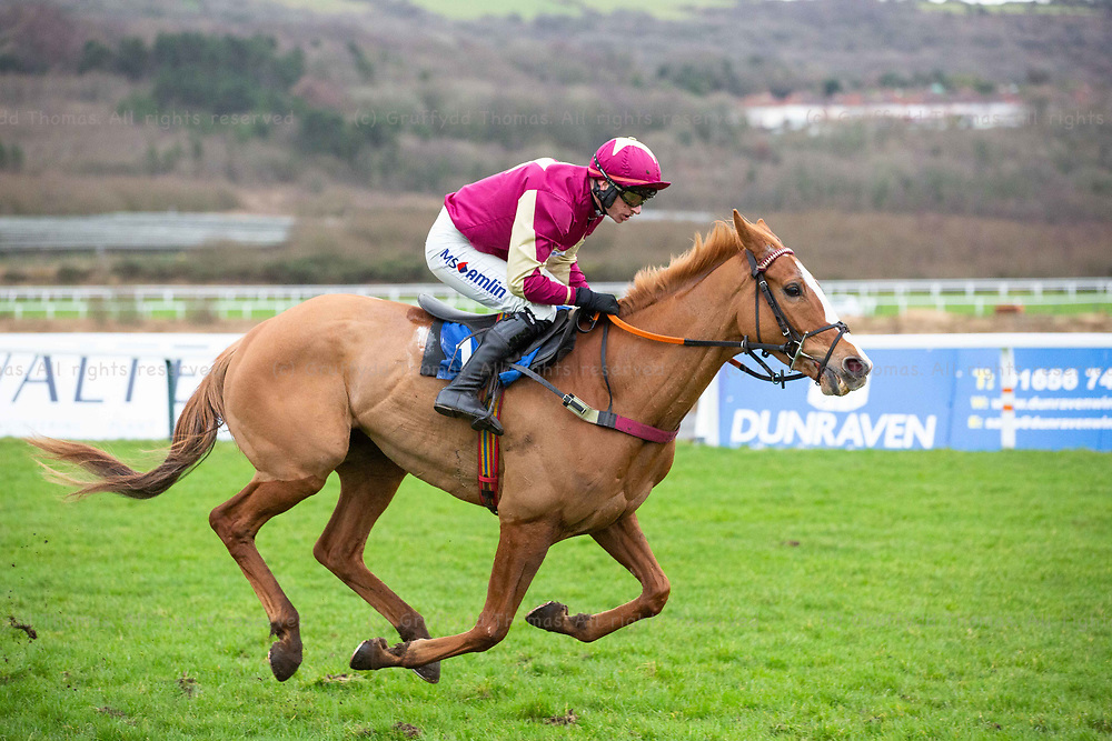 Ffos Las Racecourse, Trimsaran, Wales, UK. Monday 14 January 2019. Colonel Custard (jockey Tom O'Brien) wins the Walters Group Novices' Hurdle (Race 2)