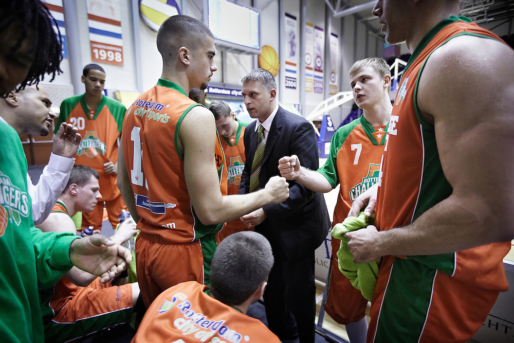 Nederland. Rotterdam, 10 oktober 2009. <br /> Basketbal : Rotterdam Challengers - Eiffeltowers Den Bosch : 44-74. <br /> Rotterdam-coach Zlatko Jezerkic tussen de derde en vierde kwart.<br /> Foto Martijn Beekman