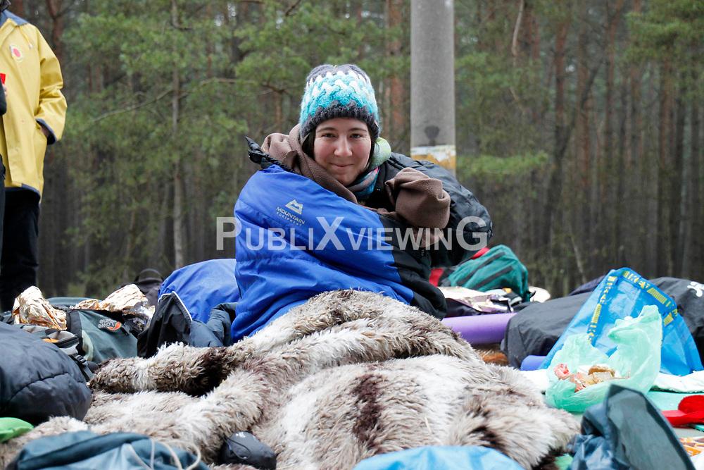 Sitzblockade in Gorleben: In der zweiten Nacht sitzen rund 2000 Demonstranten auf der Straße zum Zwischenlager in Gorleben. Die Poöizei räumt die Straße am frühen Morgen. <br /> <br /> Ort: Gorleben<br /> Copyright: Malte Dörge<br /> Quelle: PubliXviewinG