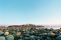 Bilde av måneskinn over Godøya sett fra Kvalneset på Giske i Giske kommune. <br /> <br /> Photo of the island Godøy seen from Kvalneset at Giske.<br /> Foto: Svein Ove Ekornesvåg