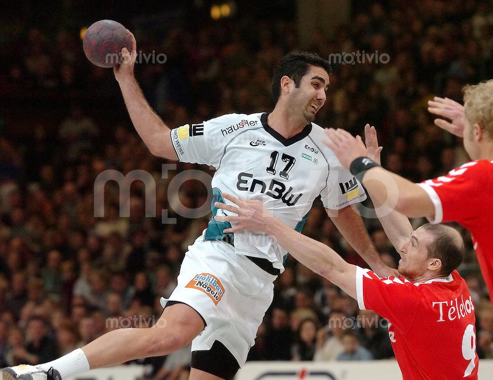 Handball Herren, 1.Bundesliga 2003/2004, Goeppingen (Germany) FrischAuf! Goeppingen - TSV GWD Minden (29:24) Jaliesky Garcia (FAG) beim Wurf, rechts unten Juan Jose Panadero (Minden)