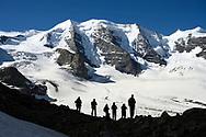 Der Piz Palü und Teilnehmende eines Fotoseminars am Rand des Persgletschers; Pontresina, Graubünden, Schweiz / <br /> <br />  The Piz Palü and participants in a photo seminar on the edge of the Pers glacier; Pontresina, Graubünden, Switzerland