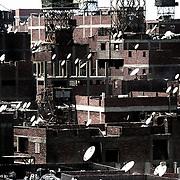 """Vista del barrio de Mokattam . En medio del barrio de Manshiet Nasr a las afueras de El Cairo esta situado el asentamiento de Mokattam conocido como la """"Ciudad de la Basura"""" , está habitado por los Zabbaleen ,una comunidad de unos 45.000 cristianos coptos que viven desde hace varias décadas de reciclar los desperdicios que genera la capital egipcia: plástico, aluminio, papel y desechos órganicos que transforman en compost . La mayoría forman parte de la Asociación para la Protección del Ambiente (APE) una ONG que actúa en el área, cuyos objetivos son proteger el medio ambiente y aumentar el sustento de las recuperadores de basura de El Cairo. Según la ONU, el trabajo que se realiza en Mokattam como uno de los diez mejores ejemplos del mundo en el mejoramiento medioambiental. El Cairo , Egipto, Junio 2011. ( Foto : Jordi Camí )"""