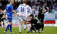 Fotball<br /> 12. Mai 2013<br /> Tippeligaen<br /> Haugesund stadion<br /> Haugesund - Vålerenga 1 - 0<br /> Per Morten Kristiansen (L) , Vegard Skjerve (4R) og Umaru Bangura (3R) , Haugesund takker deppa Daniel Fredheim Holm (2R) og Aaron Samuel (R) , Vålerenga for kampen<br /> Foto Astrid M. Nordhaug