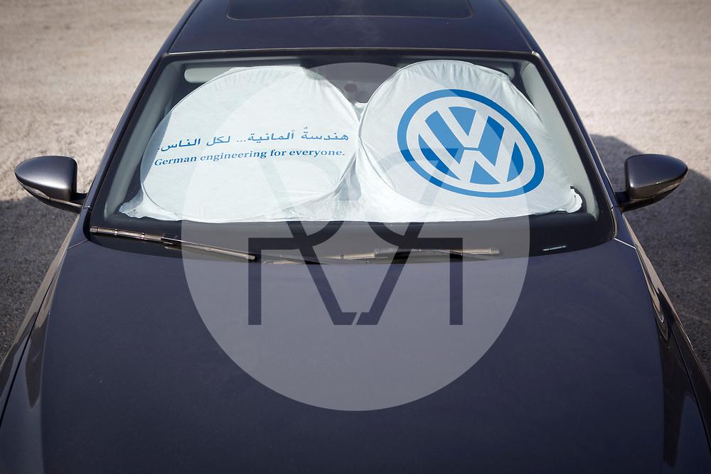 OMAN - MASKAT - Schattensegel in einem Auto von VW - 17. Dezember 2013 © Raphael Hünerfauth - https://www.huenerfauth.ch