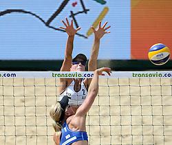 18-07-2014 NED: FIVB Grand Slam Beach Volleybal, Scheveningen<br /> Knock out fase - Louise Bawden AUS en Marleen van Iersel