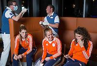 ZWOLLE - vlnr Valerie Magis, Xan de Waard en Roos Drost. Bitje happen voor de vrouwen van het Nederlands hockeyteam, Het aanmeten van een mondbeschermer. in aanloop van de Champions Trophy in Mendoza (Argentinie).  COPYRIGHT KOEN SUYK