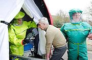 Een slachtoffer wordt de decomtanimatietent ingevoerd.  In het Calamiteitenhospitaal in Utrecht wordt een rampenoefening gehouden. De nadruk ligt op de contaminatie, door een gekantelde vrachtwagen zijn veel slachtoffers in aanraking gekomen met een chemische stof. Voor het eerst wordt er geoefend met een zogenaamde decontaminatietent. Als de tent bevalt, schaft het ziekenhuis zo'n tent aan. Bij de 'ramp' zijn 100 slachtoffers gevallen.<br /> <br /> A patient is entering the decontamination tent. In the Trauma and Emergency Hospital in Utrecht an calamity training was held. The emphasis is on the contamination by an overturned truck, many victims are contaminated by a chemical. For the first time a so-called decontamination tent was used. If the tent fulfills the expectations, a tent will be purchased. The 'calamity' caused 100 victims.