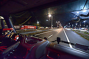 Duitsland, Straelen, 27-1-2015Een vrachtwagen passeert de grens bij Venlo in de nacht.FOTO: FLIP FRANSSEN/ HOLLANDSE HOOGTE