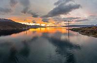 Høstlig solnedgang bak Hålogalandsbrua som strekker seg over Rombaken i Narvik, Nordland