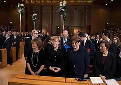 Charlotte Knobloch, Praesidentin der Israelitischen Kultusgemeinde Muenchen und Oberbayern, Bundeskanzlerin Angela Merkel (CDU), Barbara Stamm, Landtagspraesidentin  bei der Verleihung der Ohel-Jakob Medaille an Kanzlerin Merkel anlässlich des  10. Jahrestags der Einweihung der neuen Münchner Hauptsynagoge<br /> <br /> / 091116<br /> <br /> *** Chancellor Merkel receiving the Ohel Jakob Medal at the Main Synagogue in Munich, Germany; November 9th, 2016 ***