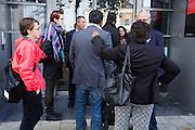 Tevergeefs proberen mensen binnen te komen in de zittingszaal bij het College van de Rechten van de Mens. In Utrecht wordt bij het College voor Rechten van de Mens een zitting gehouden over Zwarte Piet. Een Utrechtse moeder vindt Zwarte Piet discriminerend en wil dat een basisschool in Utrecht de hulp van Sinterklaas volledig uit het onderwijsaanbod haalt.<br /> <br /> In Utrecht at the College of Human Rights a hearing is held about Zwarte Piet (Black Pete). A Utrecht mother takes Zwarte Piet discriminatory and wants a primary school in Utrecht to remove the help of Sinterklaas completely from the curriculum.