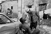 """Villa Literno, 1993. Lavoratori stagionali nordafricani, impiegati nella raccolta del pomodoro,  nella loro residenza battezzata """"L'inferno"""".<br /> Foto: Víctor Sokolowicz"""
