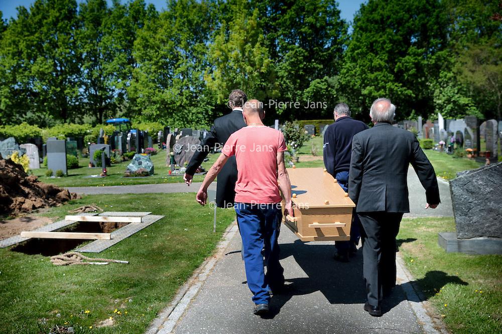 Nederland. Heerlen. Imstenrade. 13 mei 2015.<br /> In Zuid Limburg zijn jaarlijks zo'n zestig eenzame uitvaarten, mensen die geen geld of nabestaanden hebben voor het regelen van een begrafenis.<br /> Op de foto: een stille eenzame uitvaart op begraafplaats Imstenrade.