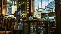 Prague, la ville aux mille tours et mille clochers, n'a pas seulement inspire Andre Breton et les surrealistes. Chaque annee, la belle Tcheque seduit des millions d'admirateurs du monde entier. Monuments, façades et statues racontent une histoire mouvementee ou planent les ombres du Golem, de Mucha ou de Kafka.<br /> Depuis 1992, le centre ville historique est inscrit sur la liste du patrimoine mondial par l'UNESCO<br /> La Maison Municipale est un ensemble complet de mobilier, vitraux, ceramiques et façades Art nouveau.<br /> Le cafe de la Maison Municipale.