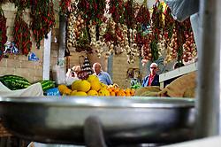 Al centro di Bari, su piazza Mercantile, c'è il mercato coperto, ex mercato del pesce. All'interno ci sono le bancarelle di frutta e verdura, banco del pesce, un furgoncino in disuso, un vecchio frigorifero della coca cola, una macchina da cucire