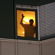 NLD/Den Haag/20070410 - Geboort 3e kind Willem Alexander en Maxima, Willem Alexander juichend aan het raam