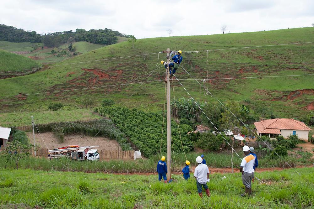 Ponte Nova_MG, 26 de outubro de 2006.<br /> <br /> Luz para todos<br /> <br /> Documentacao do projeto LUZ PARA TODOS, uma parceria dos governos Estadual e Federal e da Andrade Gutierrez.<br /> <br /> Foto: MARCUS DESIMONI / NITRO