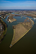 Nederland, Limburg, gemeente Maastricht, 07-03-2010; waterhuishouding van de Maas. Rechts de stuw bij Borgharen. Midden het eiland Bosscherveld wordt gedeeltelijk afgegraven, de Maas kan bij hoogwater in de toekomst ook over het eiland stromen. Direct naast het eiland een overlaat, deze ontlast - bij hoogwater - de stuw. Geheel links  het verbindingskanaal wat leidt naar de Zuid-Willemsvaart..De Maas vormt de grens met Belgie (l): Grensmaas..Water management of the Meuse. Weir at Borgharen (r). The island Bosscherveld (midle) is partially excavated, in the future the Meuse high water will flow over the island. Next to the island a spillway, functions in case of high waters as an extra relieve for the weir at Borgharen. Very left the channel which leads to the South Willemsvaart. .The Meuse forms the border with Belgium (l): Grensmaas ('Border Meuse').luchtfoto (toeslag), aerial photo (additional fee required).foto/photo Siebe Swart