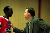 Basketball, BLNO Basketligaen 2000. Asker Aliens-Ulriken Eagels 15. november. Duany Duany, (t.v.) og Ulriken-trener David Swan.
