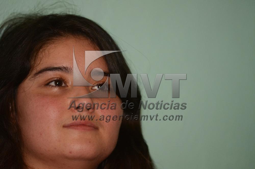 Toluca, México.- Diana Rubí Heredia, joven víctima de un atropellamiento el pasado14 de agosto en el municipio de Metepec, quien tras dos meses de internada en el hospital del IMSS de Lomas Verdes regresó a casa con sus familiares. Agencia MVT / Arturo Hernández.