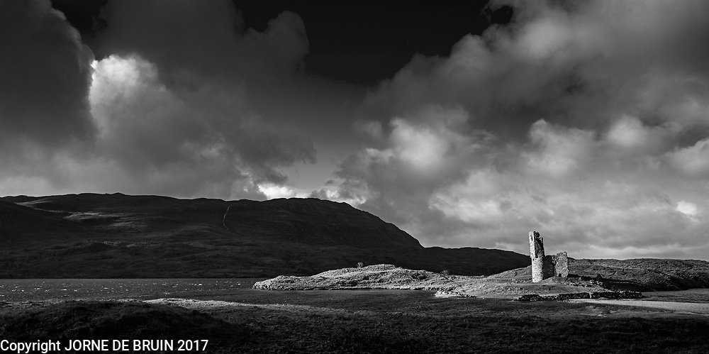 The ruins of Ardvreck Castle onext to Loch Assynt.
