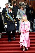 Exclusief setbezoek van MAJESTEIT: De Droom van Beatrix.De film biedt een kijkje achter de schermen van het Nederlands koningshuis.<br /> <br /> Op de foto: <br /> <br />  Gijs Naber (Prins Willem Alexander) en Hadewych Minis (Prinses Maxima) op het Binnenhof in Den Haag Gijs Naber (Prins Willem Alexander) , Hadewych Minis (Prinses Maxima) en Carine Crutzen (Koningin Beatrix) op het Binnenhof in Den Haag