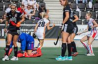AMSTELVEEN -  Sian Keil (Oranje Rood) passeert keeper Anne Veenendaal (Amsterdam) en scoort 0-1,  tijdens de hockey hoofdklasse competitiewedstrijd  dames, Amsterdam-Oranje Rood (2-1).  COPYRIGHT KOEN SUYK