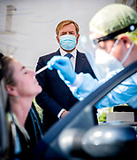 LEIDENDORP, 10-09-2020, <br /> <br /> Koning Willem Alexander tijdens een werkbezoek gebracht aan de teststraat corona van de GGD Hollands Midden in Leiderdorp. Aansluitend bezocht hij bij het kantoor van de GGD in Leiden de afdeling infectieziektebestrijding. Hier vindt ook het bron- en contactonderzoek naar het coronavirus plaats.
