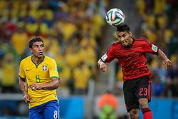 Paulinho disputa bola na partida entre Brasil x México, válida pela segunda rodada do grupo A da Copa do Mundo 2014, no estádio Castelão em Fortaleza, Ceará. FOTO: Jefferson Bernardes/ Agência Preview