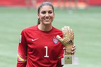 BILDET INNGÅR IKKE I FASTAVATLER<br /> <br /> Fotball<br /> VM-finalen kvinner<br /> USA v Japan<br /> 06.07.2015<br /> Foto: imago/Digitalsport<br /> NORWAY ONLY<br /> <br /> Hope Solo (Torwart, USA) mit der Auszeichnung adidas Goldener Handschuh als Beste Torhüterin, Siegerin, Gewinnerin, Auszeichnung, Ehrung, Freude, freundlich, fröhlich, strahlend, optimistisch, Golden Glove Award, Fussball, FIFA Frauen-WM 2015, Finale, USA - Japan